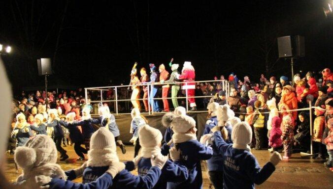 ФОТО: Елгавчане под песни и танцы зажгли главную елку города