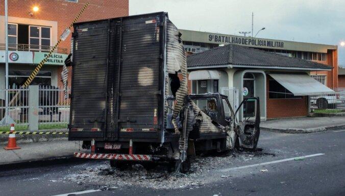 Krisjumā bankas laupītāji veic vērienīgu uzbrukumu pilsētai