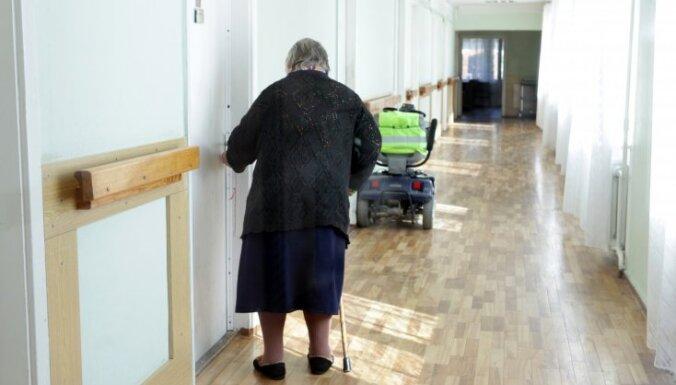 """Врачи: В Риге дети """"сбрасывают"""" пожилых родителей в больницу на время своего путешествия"""