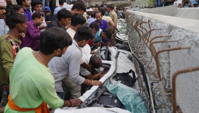 Foto: Varanasi sabrūk satiksmes pārvads; 18 bojāgājušie