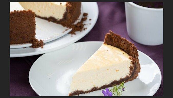 Svaigā siera kūka ar šokolādes cepumu 'bortiem'