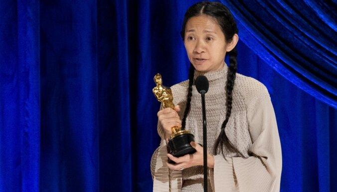 'Oskara' balvas ceremonijā triumfē Hloja Žao un filma 'Nomadland'
