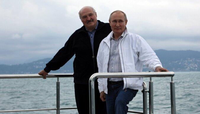 Kas tā par jahtu? Jeb ko atklāj Putina un Lukašenko tikšanās foto
