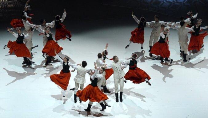 Foto: Latvijas stāsts dejā – ieskats multimediālajā lielizrādē 'Abas malas'