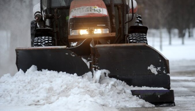 Из-за сильного снегопада в Риге работает вся снегоуборочная техника
