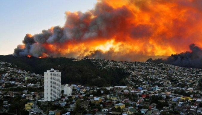 Foto: Dramatiski mežu ugunsgrēki ienāk Čīles lielpilsētā