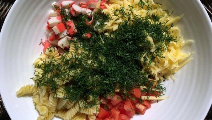 Krabju salāti ar sieru un makaroniem