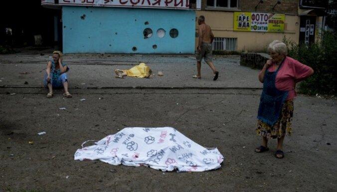 Luhanskā kaujinieki apšaudījuši bēgļu autobusus; neļauj no ielām savākt līķus