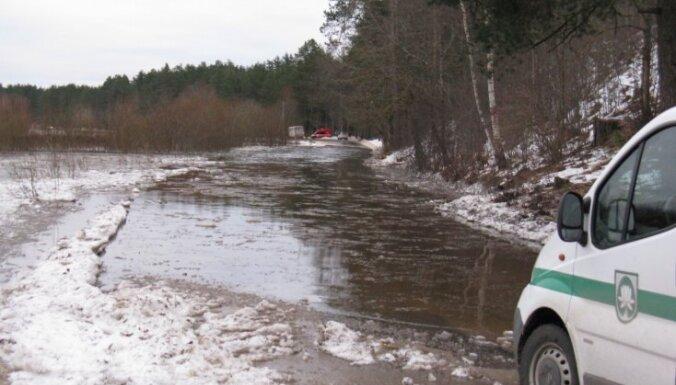 Катастрофический паводок: оперативные службы перекрывают дороги