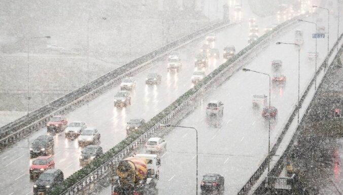 Pirmā sniega dēļ Beļģijā izveidojas kilometriem gari satiksmes sastrēgumi