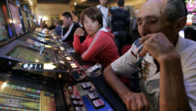 Минздрав хочет запретить курить, есть и бесплатно выпивать в игорных залах и казино