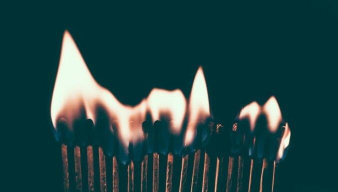 В школьника бросили бутылку с горючей жидкостью: на нем загорелась куртка
