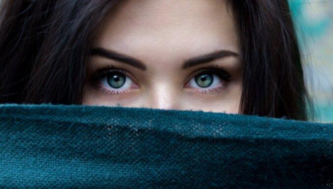Kā akcentēt acis atbilstoši to krāsai un saskaņā ar pavasara aktualitātēm