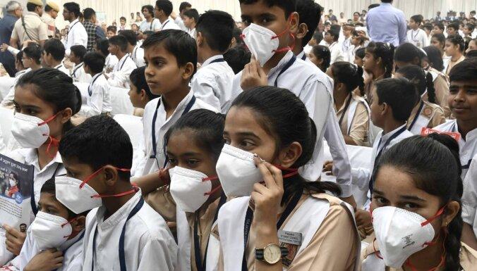 Коронавирус: Индия разрешила использование сразу двух вакцин