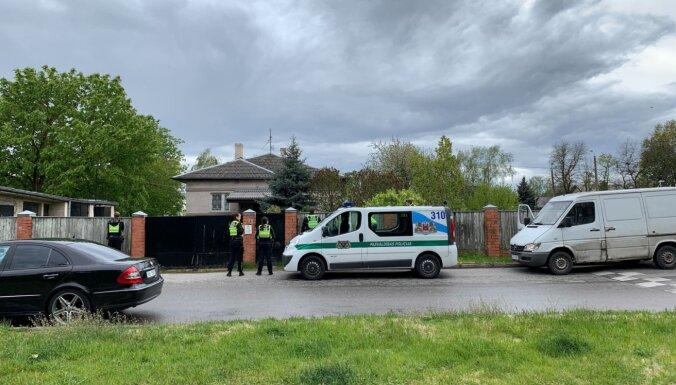 ФОТО. Полиция и ветеринары отловили в Пурвциемсе раненого лосенка