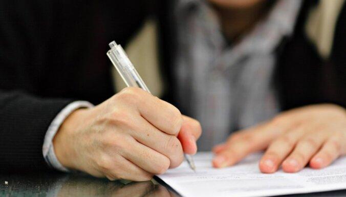 Nesavāc nepieciešamos parakstus referenduma ierosināšanai par apturētajiem likumiem