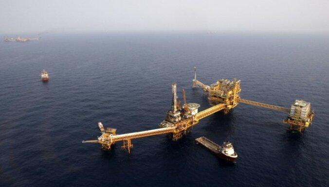 Pasaules naftas cenas nedēļas laikā sarūk par aptuveni 4%