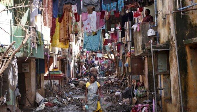 200 prostitūtas Indijā izlaiž ēdienreizes, lai palīdzētu plūdos cietušajiem