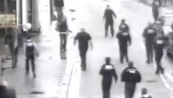 Video: Bedfordā pa pilsētas centru skraida vīrietis ar mačeti un āmuru