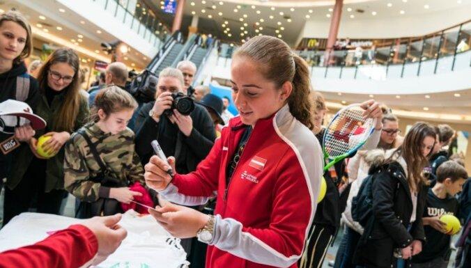 Foto: Latvijas izlase ar Ostapenko priekšgalā pirms mača ar Vāciju tiekas ar faniem