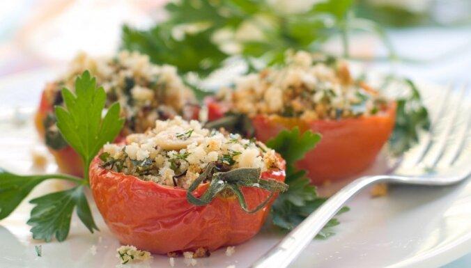 Cepti tomāti ar parmezānu un pētersīļiem