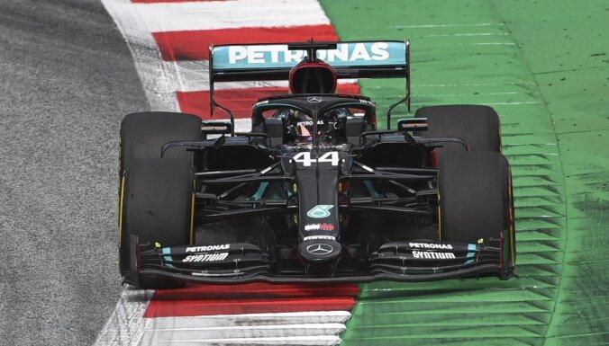 'Mercedes' piloti dominē pirmajos treniņos; rezultātos intriģējoši pārsteigumi