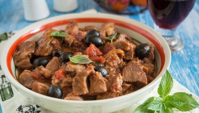 Cūkgaļa tomātu un olīvu mērcē