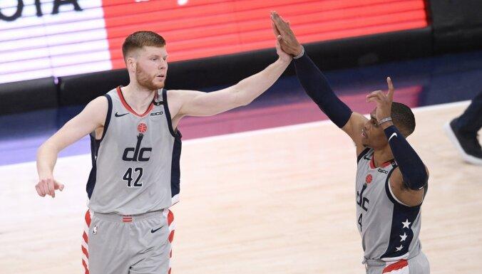 Vestbruks un Karijs atzīti par labākajiem NBA spēlētājiem maijā