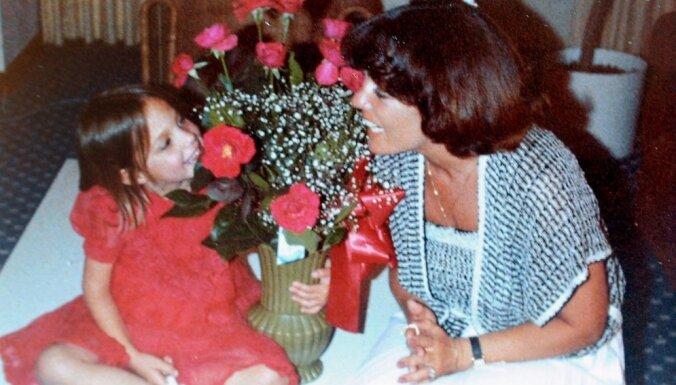 Džolijas auklītes stāsts: bērnības traumas un mātes naids