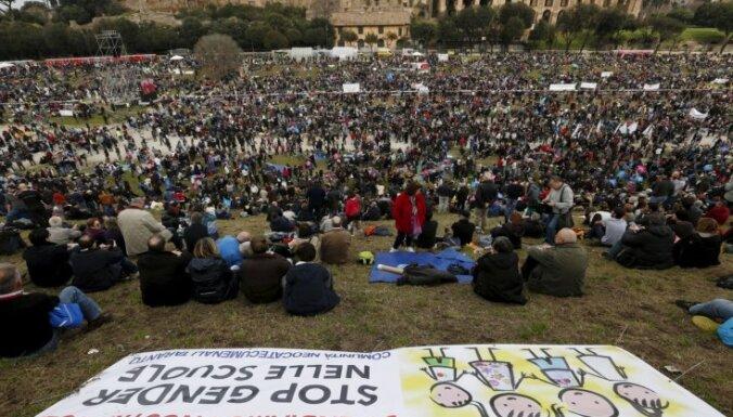 Foto: Romā tūkstošiem cilvēku protestē pret geju laulībām