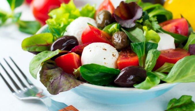 Grieķu salāti ar tomātiem, mocarellu un baziliku