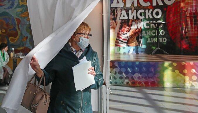 Komunisti un novērotāji ziņo par pārkāpumiem Krievijas vēlēšanu procesā
