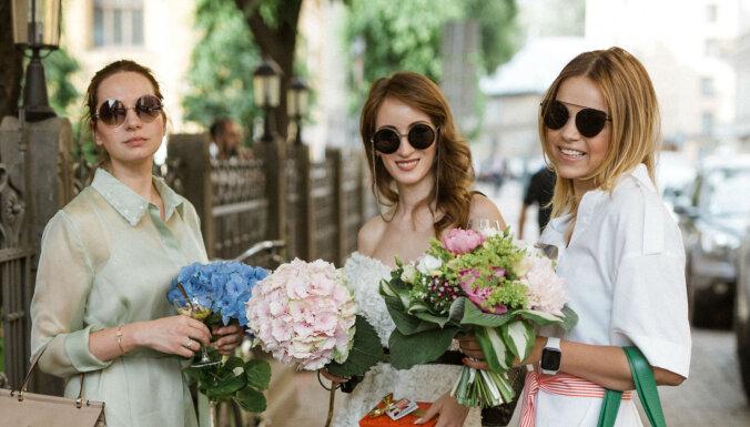 Foto: Rīgas modes dāmas dzīro šovrūma jubilejas svinībās