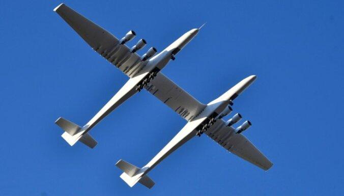 Foto: Kā pasaulē lielākā lidmašīna 'Stratolaunch' pacēlās spārnos