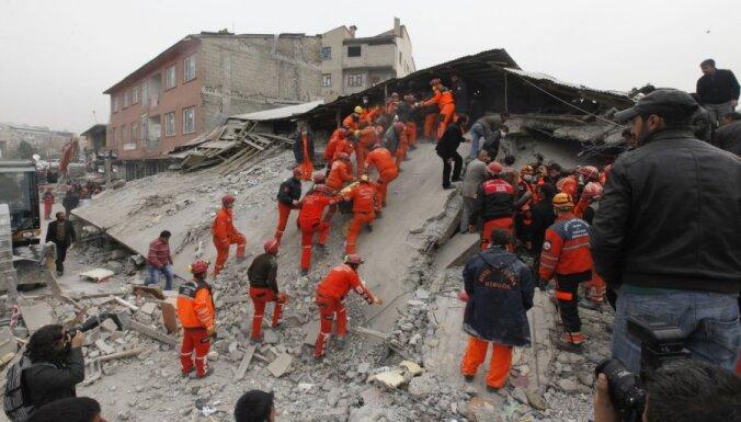 ВИДЕО: В Стамбуле из-за оползня рухнул четырехэтажный дом