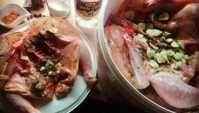 Etiķa marināde ar ķiplokiem un dillēm kūpinātām vistām