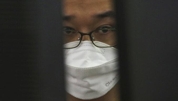 Pasaules akciju cenas dramatiski krītas jaunā koronavīrusa dēļ