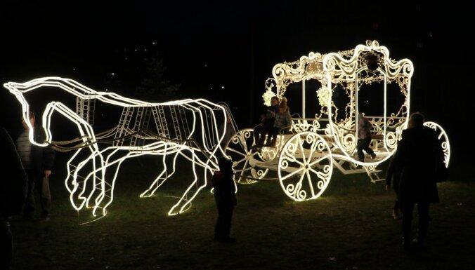 ФОТО. Сияющие деревья и карета из 60 тысяч лампочек – Огре готовится к зимним праздникам