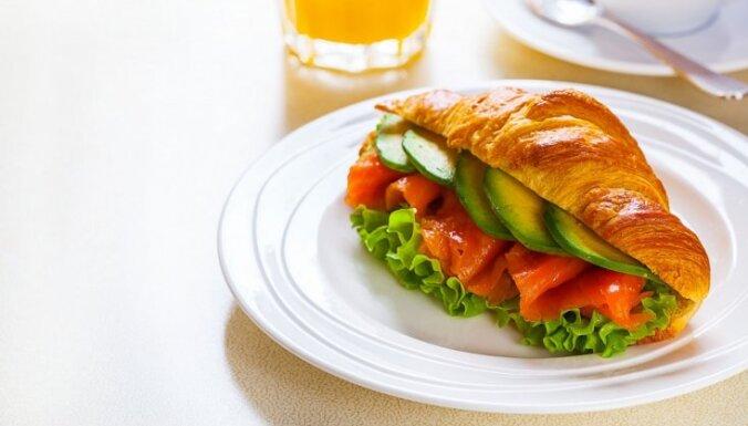 Brokastu kruasāns ar kūpinātu lasi un avokado