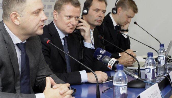 """20.09.2010. Uzņēmums """"Baltijas aviācijas sistēmas"""" gatavojas ienākt Lietuvas tirgū, nākamā gada aprīlī sākot lidojumus no Viļņas, 20.septembrī preses konferencē paziņojuši Lietuvas satiksmes ministrs Eliģijs Masjulis (no kreisās) un uzņēmuma īpašnieki Be"""