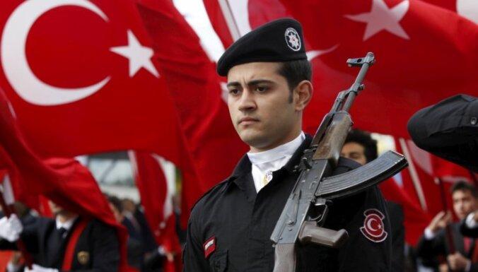 Turcijā aiztur kurdu partijas vicepriekšsēdētāju Altinersu