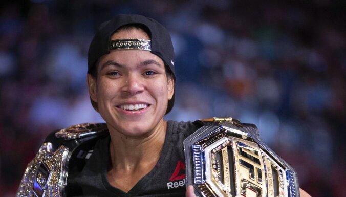 ФОТО: Бразильская звезда UFC сделала бикини из чемпионских поясов