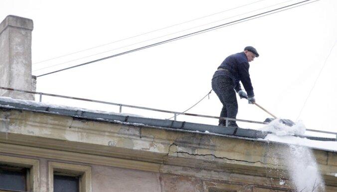 Cēsīs sieviete gūst traumas no jumta krītoša sniega dēļ