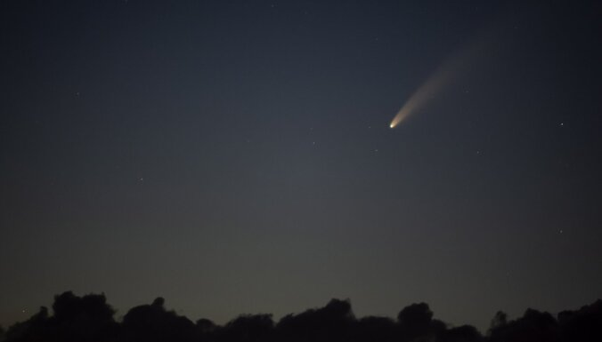 В небе над Латвией пролетает яркая комета
