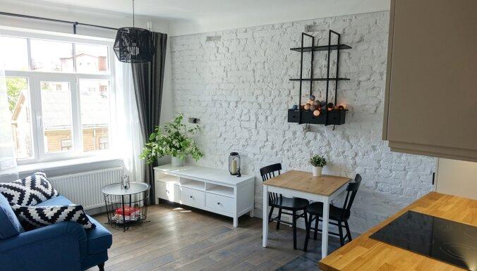 Saglabāt augstos griestus un ķieģeļu sienas: 'latviski-skandināvisks' dzīvoklis Rīgā