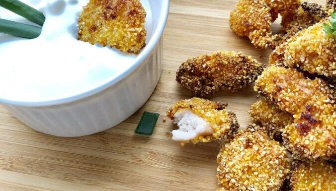 Kraukšķīgie vistas filejas kumosiņi ar fetas sieru salātlapu 'ligzdiņās'