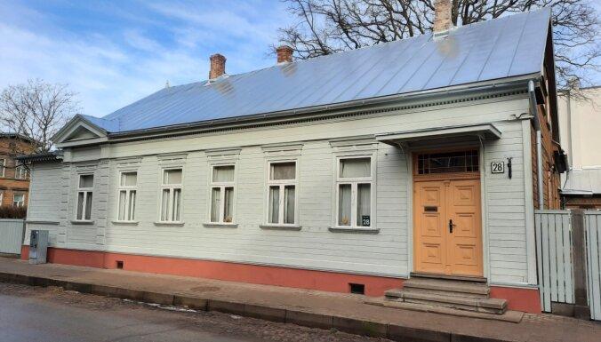 19. gadsimta koka namam restaurē jumtu