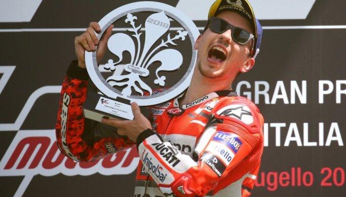 Lorenso uzvar pirmajā 'MotoGP' posmā šosezon; Markess piedzīvo neveiksmi