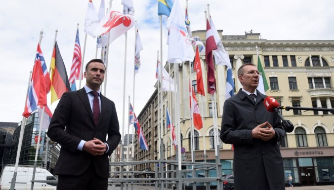 Ринкевич и Стакис заменили в Риге официальный флаг Беларуси на бело-красно-белый