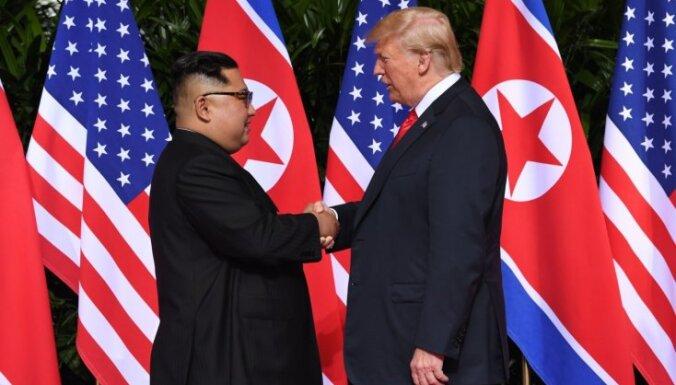 Foto: Donalds Tramps un Kims Čenuns tiekas vēsturiskā samitā Singapūrā